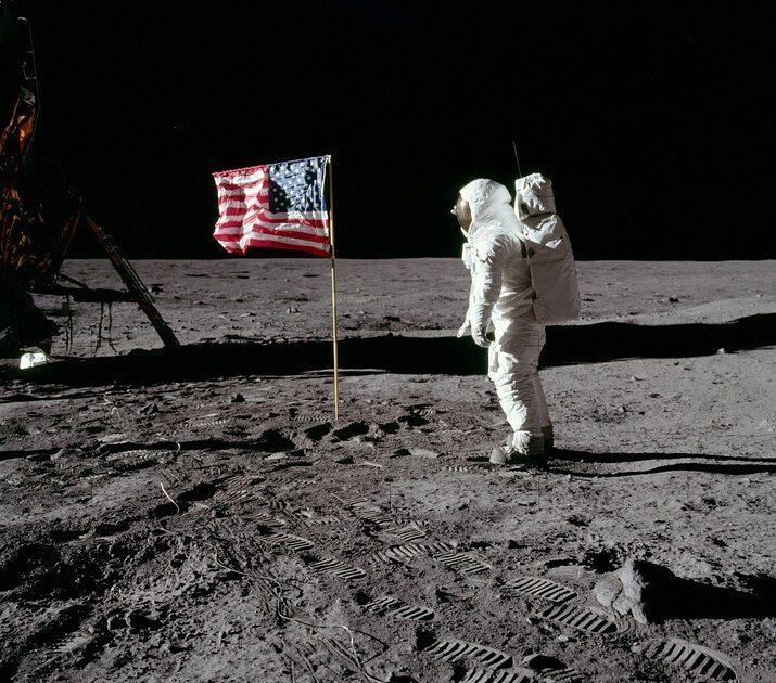 『月面着陸の日』を英会話にする